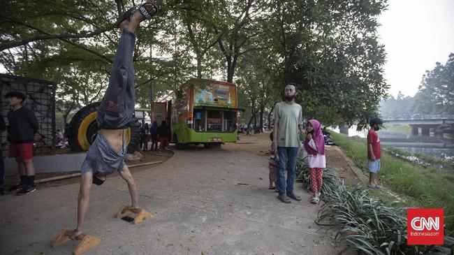 Warga berolahraga saat Hari Bebas Kendaraan Bermotor (HBKB) atau Car Free Day (CFD) di Jalan Raden Inten, Jakarta, Minggu, 28 Juni 2020. Pemprov DKI Jakarta menggelar HBKB atau CFD di 32 lokasi baru untuk menggantikan HBKB yang ditiadakan di Jalan Sudirman-Thamrin dengan alasan menghindari terjadinya kerumunan warga untuk mencegah penyebaran COVID-19. CNN Indonesia/Bisma Septalisma