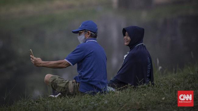 Warga berolahraga saat Hari Bebas Kendaraan Bermotor (HBKB) atau Car Free Day (CFD) di Jalan Inspeksi BKT, Kanal Banjir Timur, Jakarta, Minggu, 28 Juni 2020. Pemprov DKI Jakarta menggelar HBKB atau CFD di 32 lokasi baru untuk menggantikan HBKB yang ditiadakan di Jalan Sudirman-Thamrin dengan alasan menghindari terjadinya kerumunan warga untuk mencegah penyebaran COVID-19. CNN Indonesia/Bisma Septalisma