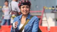 <p>Nirina bersama suaminya, Ernest juga hobi bersepeda nih. Keduanya sering mencoba track baru ke alam bebas. Nirina pun terlihat memiliki beberapa sepeda yang ciamik nih, Bunda. (Foto: Instagram @nirinazubir_)</p>