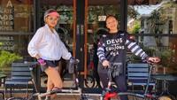 <p>Nikita Mirzani dan anak pertamanya, Loly terlihat menaiki sepeda Brompton lho, Bunda. Namun, ibu tiga anak ini juga sempat menawar sepeda seharga Rp175 juta lho. (Foto: Instagram @nikitamirzanimawardi_17)</p>