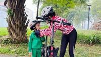 <p>Tak ketinggalan tren bersepeda, penyanyi Uut Permatasari pun ikut melakukannya bareng bersama sang anak. Kalau kata Uut yang penting gowes demi boncengin anaknya. (Foto: Instagram @uutpermatasari)</p>