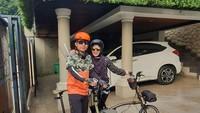 <p>Shanty dan suaminya, Denny Cagur juga hobi bersepeda. Shanty memilih sepeda lipat dengan keranjang kecil di bagian depannya. Bersepeda berdua membuat mereka makin romantis, Bunda. (Foto: Instagram @shantydenny)</p>