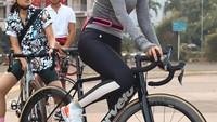 <p>Belum lama ini, Luna Maya memamerkan hobi barunya. Luna sekarang juga ikutan bersepeda lho, Bunda. Dilihat dari laman resmi Cervelo, sepeda seri R5 ini dijual seharga USD 5000 atau berkisar Rp72 juta. (Foto: Instagram @lunamaya)</p>