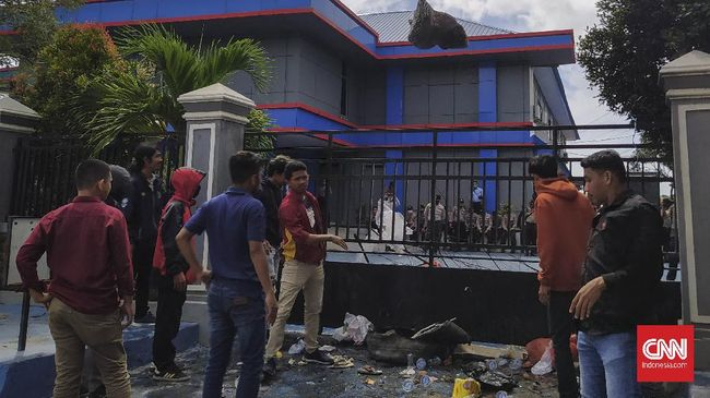 Demonstrasi penolakan tenaga kerja asing (TKA) asal China kembali berlanjut, Senin (29/6). Massa yang mengatasnamakan diri Aliansi Persatuan Pemuda Mahasiswa Sulawesi Tenggara Bergerak menggelar demo di Kantor Imigrasi Kelas IA Kendari.