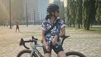 <p>Sigi Wimala sudah lebih dulu menekuni olahraga sepeda. Sigi pun tercatat sebagai pegiat olahraga sepeda yang ikut perlombaan hingga ke kancah internasional nih, Bunda. (Foto: Instagram @sigiwimala)</p>