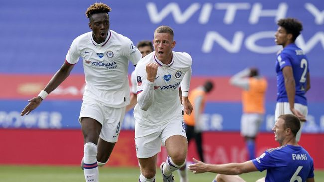 Chelsea's Ross Barkley, centre, celebrates after scoring his side's opening goal during the FA Cup sixth round soccer match between Leicester City and Chelsea at the King Power Stadium in Leicester, England, Sunday, June 28, 2020. (Tim Keeton/Pool via AP)
