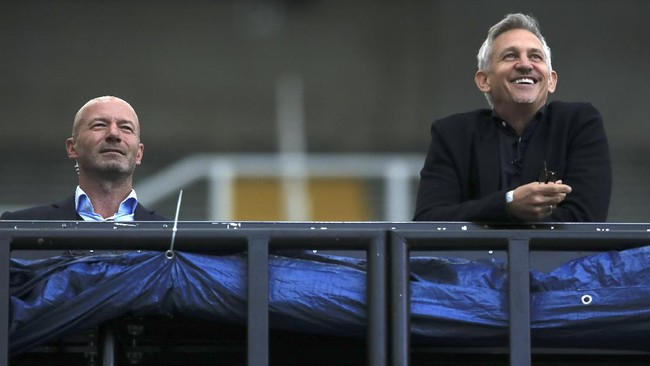 TV soccer pundits and former soccer players Alan Shearer and Gary Lineker, from left, watch the FA Cup sixth round soccer match between Newcastle United and Manchester City at St. James' Park in Newcastle, England, Sunday, June 28, 2020. (Shaun Botterill/Pool via AP)
