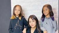 Dua putri Ririn, Alana dan Alecia sudah pintar bergaya di depan kamera seperti sang bunda. Bahkan, keduanya sudah minta rambut bergaya ombre nih ketika liburan sekolah. (Foto: Instagram @ririndwiaryanti)