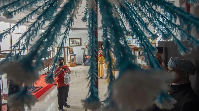 Wisatawan mengamati koleksi Museum Betawi di Perkampungan Budaya Betawi Setu Babakan, Srengseng Sawah, Jakarta, Minggu (28/6/2020). Selama PSBB transisi pengelola museum menerapkan protokol kesehatan khusus, seperti mewajibkan penggunaan masker bagi pengunjung, penyediaan sarana pembersih tangan, pembatasan jam kunjung pada pukul 9.00-15.00 WI, dan pembatasan jumlah pengunjung sebanyak 50 persen guna meminimalisir penyebaran COVID-19. ANTARA FOTO/Aditya Pradana Putra/foc.