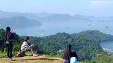 Warga menikmati panorama dari puncak Bukit Gado-gado, di Padang, Sumatera Barat, Minggu (28/6/2020). Puncak bukit Gado-gado yang biasa dijadikan arena aerosport tersebut berpotensi untuk dikembangkan menjadi objek wisata dengan panorama pantai Air Manis, Teluk Bayur dan Samudera Hindia. ANTARA FOTO/Iggoy el Fitra/foc.