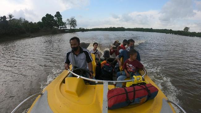 Wisatawan memanfaatkan fasilitas perahu motor di kawasan wisata alam Danau Tangkas, Desa Tanjung Lanjut, Sekernan, Muarojambi, Jambi, Minggu (28/6/2020). Kawasan wisata seluas 400 hektare yang dikembangkan menggunakan dana desa dan penyertaan modal Badan Usaha Milik Desa (BUMDes) tersebut mulai ramai dikunjungi wisatawan dari sejumlah daerah di provinsi itu dengan pengetatan pemeriksaan sesuai protokol kesehatan di pintu masuk. ANTARA FOTO/Wahdi Septiawan/aww.