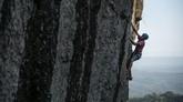 Pemanjat berlatih di tebing batuan Gunung Api Purba Nglanggeran, Patuk, Gunungkidul, DI Yogyakarta, Minggu (28/6/2020). Destinasi wisata geoheritage Gunung Api Purba Nglanggeran yang menawarkan pendakian ringan dan jalur pemanjatan tebing alam tersebut mulai dibuka kembali dengan menerapkan protokol kesehatan ketat guna mengantisipasi penularan COVID-19 setelah tiga bulan ditutup. ANTARA FOTO/Hendra Nurdiyansyah/aww.