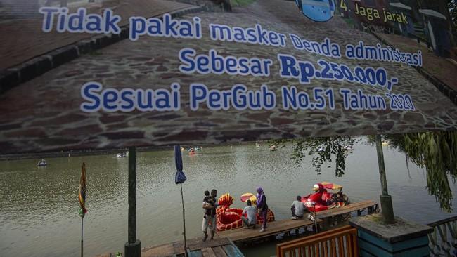 Sejumlah wisatawan menumpang becak air di Waduk Setu Babakan, Jakarta, Minggu (28/6/2020). Kawasan Setu Babakan yang sebelumnya ditutup selama tiga bulan saat pandemi COVID-19 tersebut kembali beroperasi sejak 20 Juni 2020 saat PSBB transisi dengan menerapkan protokol kesehatan khusus guna meminimalisir penyebaran COVID-19. ANTARA FOTO/Aditya Pradana Putra/foc.