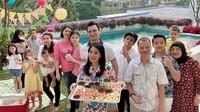 Meski di rumah saja, Titi mengadakan pesta kelulusan Juna dengan mengundang keluarga besarnya. Seru ya, Bunda? (Instagram @titi_kamall)