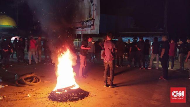 Massa membakar ban dan merazia sejumlah kendaraan yang keluar dari Bandara Haluoleo Kendari. (Fandi)