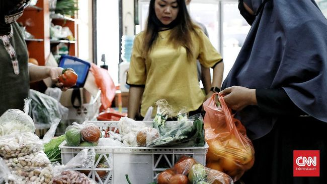 Pemprov DKI pun berkoordinasi dengan setiap kepala Perumda Pasar Jaya untuk lebih mengetatkan pengawasan protokol kesehatan di area pasar.