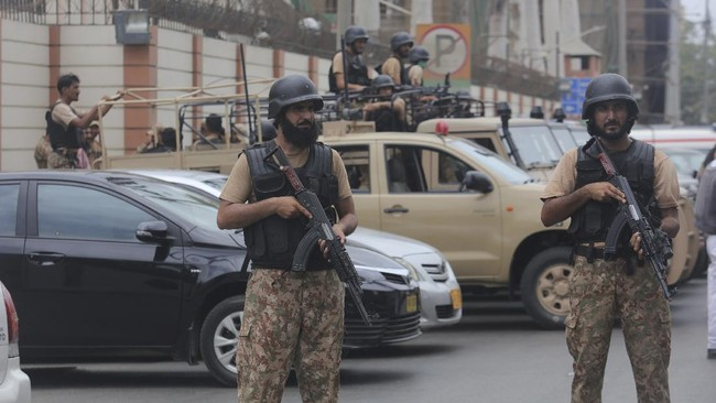 Security personnel surround the Stock Exchange Building after an attack in Karachi, Pakistan, Monday, June 29, 2020. Gunmen attacked the stock exchange in the Pakistani city of Karachi on Monday causing deaths according to police. (AP Photo/Fareed Khan)