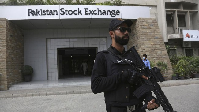 A police commando stands guard outside the Pakistan Stock Exchange after an attack in Karachi, Pakistan, Monday, June 29, 2020. Militants attacked the stock exchange killing several security officers. Special police forces deployed to the scene of the attack and in a swift operation secured the building, killing all four gunmen. A separatist militant group later claimed responsibility for the attack. (AP Photo/Fareed Khan)