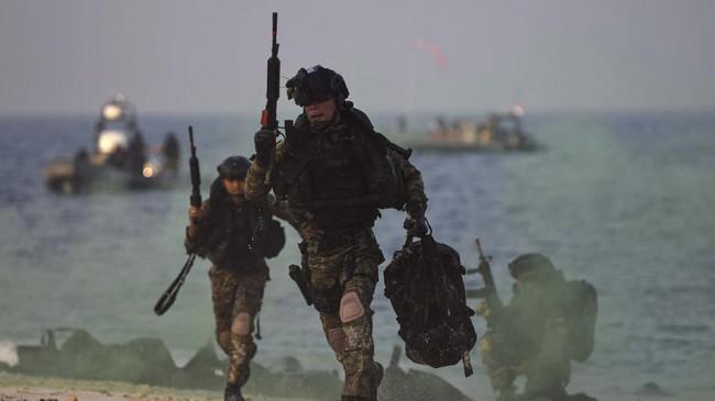 Prajurit Satuan Komando Pasukan Katak (Satkopaska) Koarmada I melakukan penyerbuan saat Latihan Peperangan Laut Khusus 2020 di Pulau Damar, Kepulauan Seribu, Jakarta, Selasa (30/6/2020). Kegiatan tersebut bagian dari Latihan Peperangan Laut Khusus 2020 sebagai upaya pembinaan kesiapsiagaan dan kemampuan pasukan untuk meningkatkan profesionalisme, keterampilan, dan kesiapan operasional Satuan Kopaska dalam menjaga keutuhan NKRI. ANTARA FOTO/M Risyal Hidayat/foc.