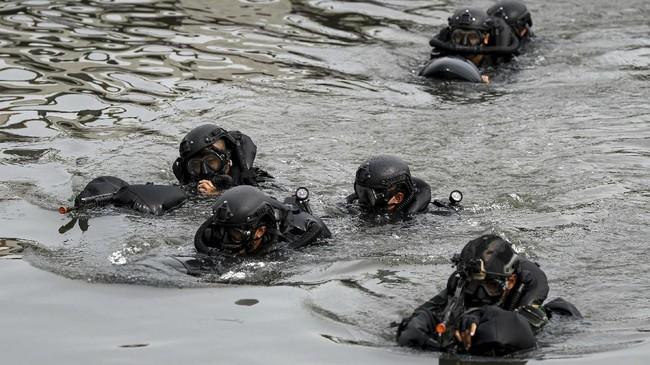 Prajurit Satuan Komando Pasukan Katak (Sat Kopaska) TNI AL melakukan infiltrasi ke garis depan penyerbuan di Kompleks Dermaga Pondok Dayung Koarmada I, Jakarta, Selasa (23/6/2020). Kegiatan tersebut merupakan bagian dari Latihan Peperangan Laut Khusus guna meningkatkan profesionalisme prajurit Satkopaska Koarmada I dalam menjaga NKRI. ANTARA FOTO/M Risyal Hidayat/foc.