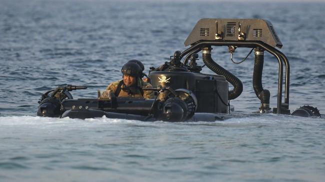 Prajurit Satuan Komando Pasukan Katak (Satkopaska) Koarmada I dengan mengoperasikan Subskimmer melakukan penyerbuan saat Latihan Peperangan Laut Khusus 2020 di Pulau Damar, Kepulauan Seribu, Jakarta, Selasa (30/6/2020). Kegiatan tersebut bagian dari Latihan Peperangan Laut Khusus 2020 sebagai upaya pembinaan kesiapsiagaan dan kemampuan pasukan untuk meningkatkan profesionalisme, keterampilan, dan kesiapan operasional Satuan Kopaska dalam menjaga keutuhan NKRI. ANTARA FOTO/M Risyal Hidayat/foc.