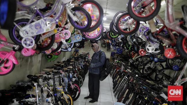 Penjualan sepeda yang merosot membuat sejumlah toko mulai banting harga. Pasalnya, pasokan sepeda membludak karena sempat boomingnya sepeda.