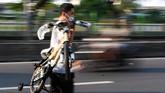 Seorang warga mengangkat sepeda yang dibelinya di Pasar Rumput, Jakarta, Minggu (14/6/2020). Pedagang mengaku saat pandemi COVID-19 mengalami peningkatan omzet hingga 10 sepeda per harinya dibandingkan sebelumnya hanya tiga sampai lima sepeda. ANTARA FOTO/M Risyal Hidayat/aww.