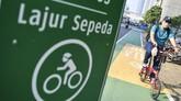 Warga mengayuh sepedanya saat melintas di jalan MH Thamrin, Jakarta, Selasa (30/6/2020). Untuk menyikapi maraknya penggunaan sepeda sebagai sarana transportasi oleh masyarakat, Kementerian Perhubungan menyiapkan regulasi terkait keselamatan pesepeda yang meliputi pemantul cahaya bagi pesepeda, jalur sepeda, serta penggunaan alat keselamatan. ANTARA FOTO/Nova Wahyudi/foc.