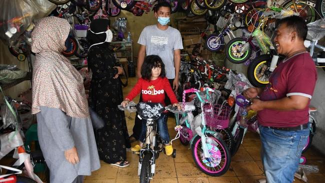 Calon pembeli mencoba sepeda di Pasar Rumput, Jakarta, Minggu (14/6/2020). Pedagang mengaku saat pandemi COVID-19 mengalami peningkatan omzet hingga 10 sepeda per harinya dibandingkan sebelumnya hanya tiga sampai lima sepeda. ANTARA FOTO/M Risyal Hidayat/aww.