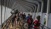 Warga mendorong sepedanya saat menyeberangi jembatan penyeberangan orang (JPO) ketika pemberlakuan pembatasan sosial berskala besar (PSBB) transisi di Jalan Jenderal Sudirman, Jakarta, Minggu (14/6/2020). Di tengah pandemi COVID-19, warga tetap berolah raga di sepanjang kawasan Jalan Jenderal Sudirman - Jalan MH Thamrin meskipun hari bebas kendaraan bermotor (HBKB) ditiadakan. ANTARA FOTO/Aprillio Akbar/foc.