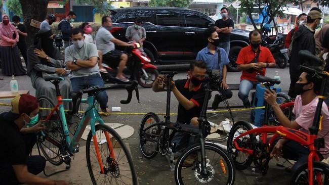 Pekerja merakit sepeda pesanan pembeli di Toko Sepeda Maju Royal, Cipondoh, Tangerang, Banten, Kamis (11/6/2020). Meski di masa pandemi COVID-19, penjualan sepeda di toko tersebut mengalami kenaikan penjualan hingga delapan puluh lima persen. ANTARA FOTO/Muhammad Iqbal/aww.