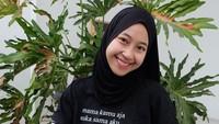 <p>Tak cuma berparas cantik, banyak netizen memuji senyum Adiba yang manis. Setuju ya, Bunda? (Foto: Instagram @adiba.knza)</p>