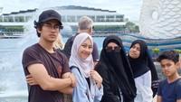 <p>Adiba adalah anak pertama dari empat bersaudara. Sebagai anak tertua, Adiba akrab dengan ketiga adiknya. (Foto: Instagram @_ummi_pipik_)</p>