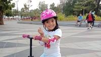 <p>Reisa mengatakan, putrinya ini sangat suka bermain di luar ruangan. Salah satu kegiatan yang dilakukan Ania adalah bermain balance bike. (Foto: Instagram @reisabrotoasmoro)</p>