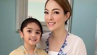 <p>Seperti sang ibu, Ania juga memiliki wajah cantik dengan bentuk matanya yang bulat. Ania semakin terlihat cantik ketika memakai kebaya ya, Bunda. (Foto: Instagram @reisabrotoasmoro)</p>