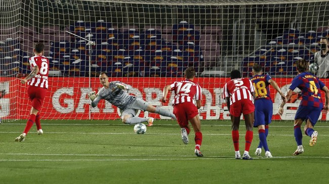 Atletico Madrid's Saul scores his side's first goal on a penalty kick during the Spanish La Liga soccer match between FC Barcelona and Atletico Madrid at the Camp Nou stadium in Barcelona, Spain, Tuesday, June 30, 2020. (AP Photo/Joan Monfort)