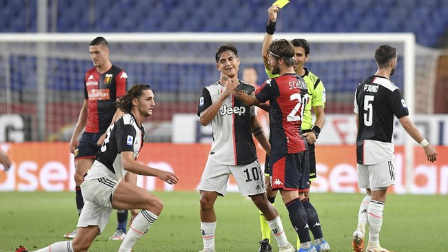 Genoa's Lasse Schone, third right, is shown a yellow card after he brought down Juventus' Adrien Rabiot, left, during an Italian Serie A soccer match between Genoa and Juventus at the Luigi Ferraris stadium in Genoa, Italy, Tuesday, June 30, 2020. (Tano Pecoraro/LaPresse via AP)