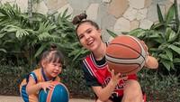 <p>Menurut Olivia, harus punya berbagai cara kreatif untuk mengajak Aurora main. Kali ini, basket bareng nih biar badan bugar dan hati pun senang. (Foto: Instagram @oliviajensen)</p>