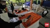 Petugas melakukan simulasi pemotongan hewan kurban. Jakarta, Rabu, 1 Juli 2020. Dinas Ketahanan Pangan Kelautan dan Pertanian Pemprov DKI Jakarta melakukan simulasi yang akan menjadi panduan menyembelih hewan qurban selama masa pandemi corona. CNN Indonesia/Adhi Wicaksono
