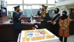 Panglima TNI Antar Kejutan Kue Ulang Tahun buat Kapolri