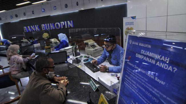 Suasana pelayanan nasabah di kantor pusat Bank Bukopin, MT Haryono, Jakarta Selatan, Rabu (1/7/2020). Otoritas Jasa Keuangan (OJK) memberikan pernyataan efektif pelaksanaan Penawaran Umum Terbatas kelima (PUT V) PT Bank Bukopin Tbk, melalui penerbitan saham baru dengan memberikan penawaran Hak Memesan Efek Terbatas Terlebih Dahulu (HMETD) kepada pemegang saham. ANTARA FOTO/ Fakhri Hermansyah/foc.