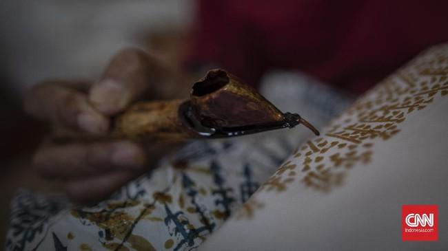Sejumlah warga yang tergabung dalam Komunitas Batik Marunda melakukan proses pembuatan batik di Rumah Susun Marunda, Jakarta, Rabu, 1 Juli 2020. Sejak virus Covid-19 mewabah, komunitas ini mulai memproduksi masker bermotif batik Marunda dan mendistribusikannya untuk dijual kembali ke pasaran dengan harga seratus ribu rupiah per masker. CNN Indonesia/Bisma Septalisma