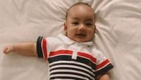 <p>Lindswell Kwok suka sekali mendandani anaknya ini. Lihat saja ketika umur 4 bulan, Achmad Zubayr sudah didandani dengan kaos berkerah dan sepatu. (Foto: Instagram @lindswell_k)</p>