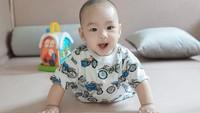 <p>Berusia 5 bulan, sekarang Zubayr sudah bisa tengkurap lho, Bunda. Semoga sehat selalu ya Lindswell dan keluarga. (Foto: Instagram @lindswell_k)</p>