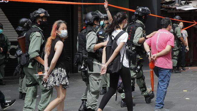 Seorang pedemo di Hong Kong dihukum penjara 21 bulan karena melempar telur di kantor polisi.