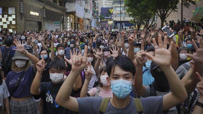 Hong Kong akan mengerahkan 10.000 aparat polisi untuk menghadapi gelombang protes 1 Juli, peringatan kembalinya bekas jajahan Inggris itu ke China.