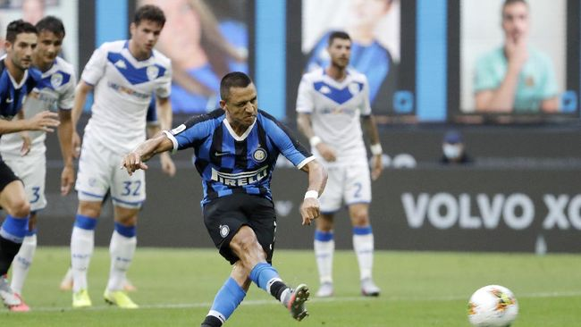 Inter Milan's Alexis Sanchez scores on a penalty kick his side's second goal during the Serie A soccer match between Inter Milan and Brescia at the San Siro Stadium, in Milan, Italy, Wednesday, July 1, 2020. (AP Photo/Luca Bruno)