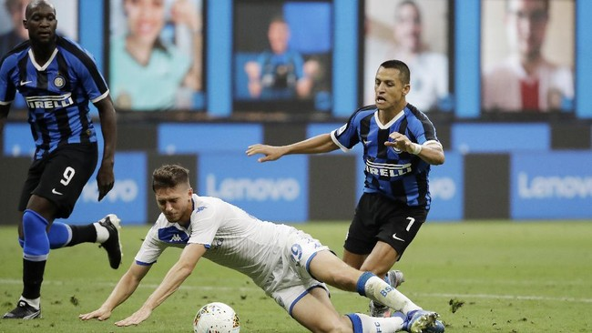Brescia's Alessandro Semprini, center, challenges for the ball with Inter Milan's Alexis Sanchez, right, as Inter Milan's Romelu Lukaku looks them during the Serie A soccer match between Inter Milan and Brescia at the San Siro Stadium, in Milan, Italy, Wednesday, July 1, 2020. (AP Photo/Luca Bruno)