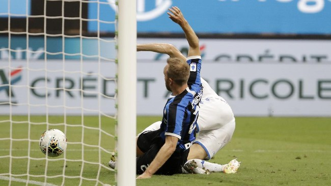 Inter Milan's Christian Eriksen scores his side's fifth goal during the Serie A soccer match between Inter Milan and Brescia at the San Siro Stadium, in Milan, Italy, Wednesday, July 1, 2020. (AP Photo/Luca Bruno)