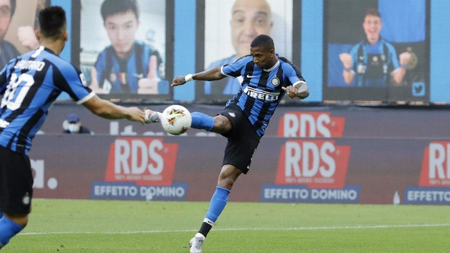 Inter Milan's Ashley Young scores his side's opening goal during the Serie A soccer match between Inter Milan and Brescia at the San Siro Stadium, in Milan, Italy, Wednesday, July 1, 2020. (AP Photo/Luca Bruno)